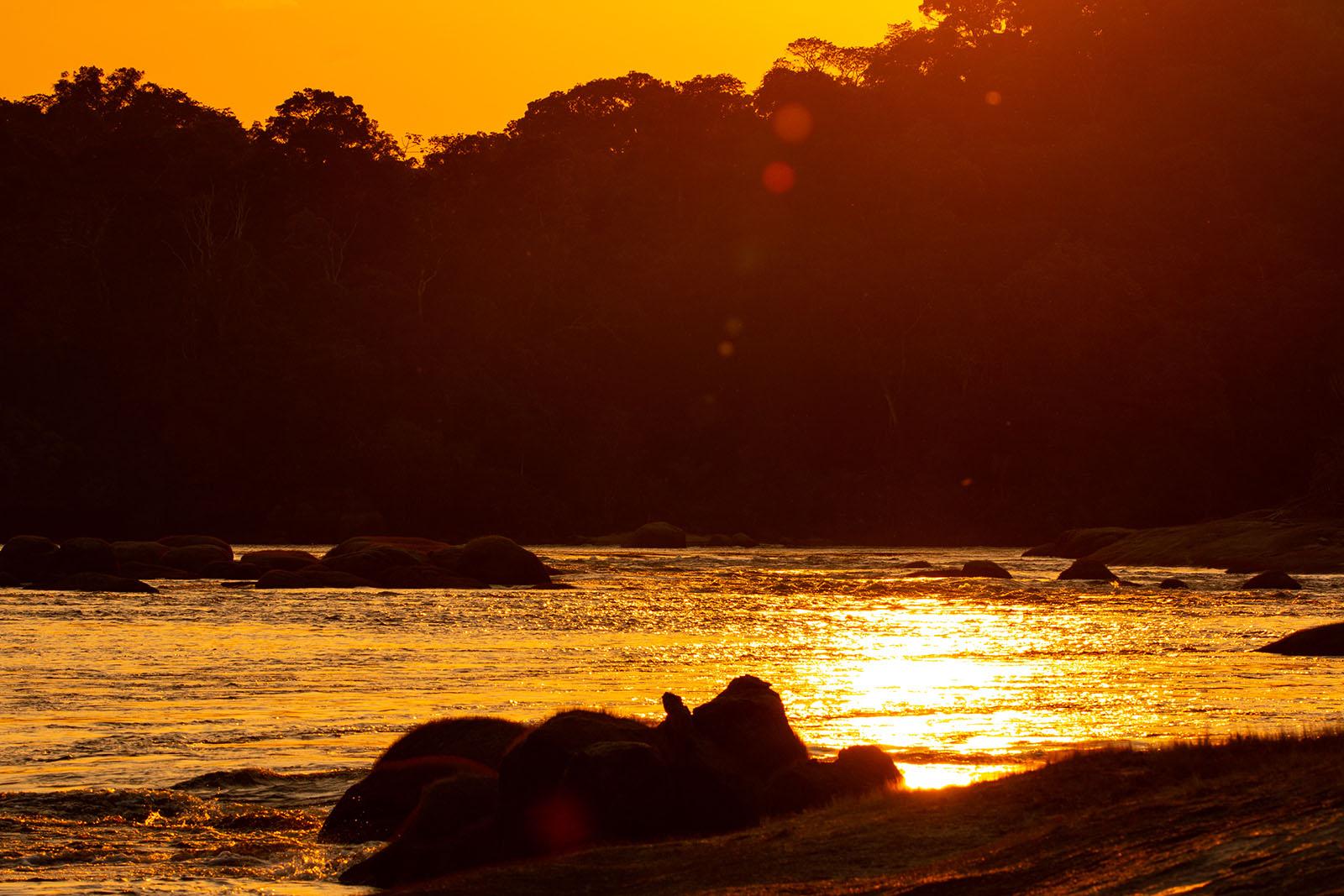 Atardecer colombiano sobre rio